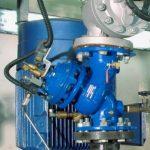 使用双腔泵控阀的预防水锤